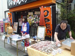 恒例の青空市開催!~地元の和菓子屋さんがお菓子を並べます