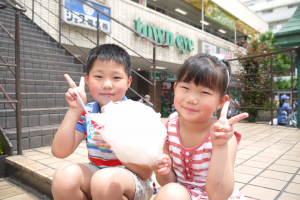 かき氷と綿あめを食べるお兄ちゃんと妹さん