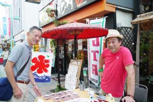 赤い和傘の和菓子「風月堂」のご主人