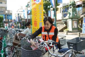 イトーヨーカドー綱島店前パデュ通り。歩道が放置自転車で溢れています