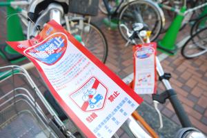 赤い「駐輪禁止」の札を1つ1つつけていきます