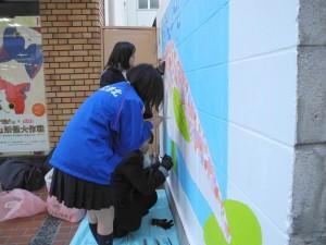 港北高校美術部パデュ通り壁画~寒い中がんばって作成中♪