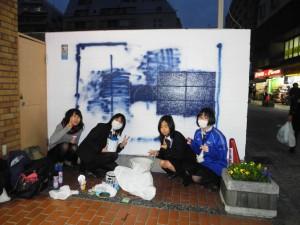港北高校美術部パデュ通り壁画~暗い中がんばって作成中♪