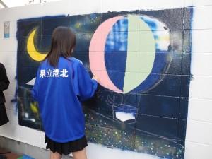 港北高校美術部パデュ通り壁画~丁寧に色を塗っていきます
