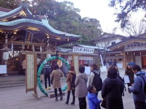 江島神社の辺津宮。輪をくぐります
