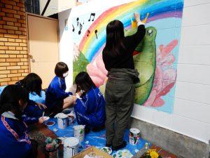 港北高校美術部パデュ通り壁画~全体像が見えてきました!